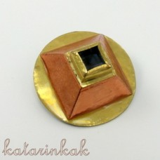 Pyramída - mosadzno-medená brošňa